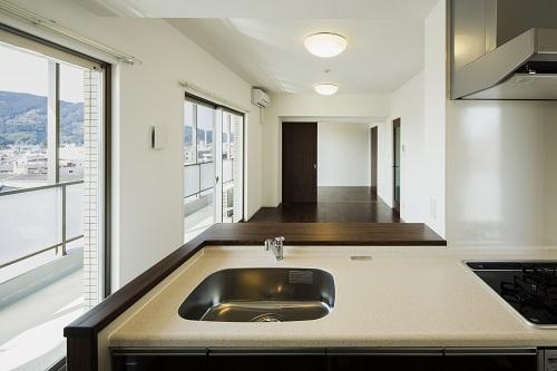 HM賃貸マンションの部屋 room1-キッチンよりリビングを見る