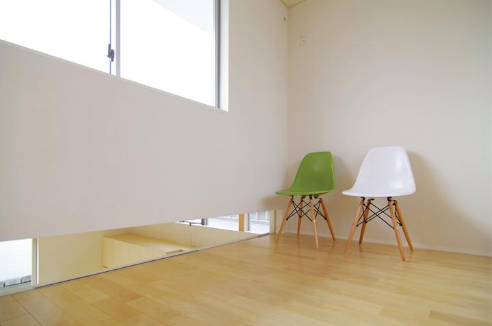 西春の家の写真 キッチンを望める隙間のある部屋(撮影:寺嶋梨里)