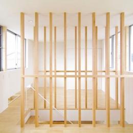 西春の家 (木製ルーバーの階段(撮影:寺嶋梨里))
