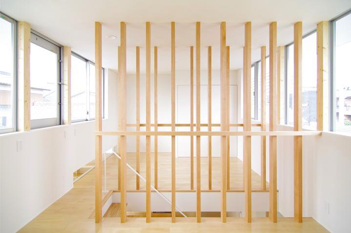 西春の家の部屋 木製ルーバーの階段(撮影:寺嶋梨里)