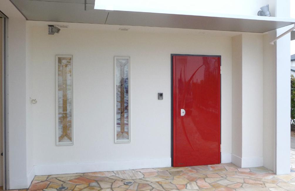 大阪・大理石の家の部屋 真っ赤なエントランスドア