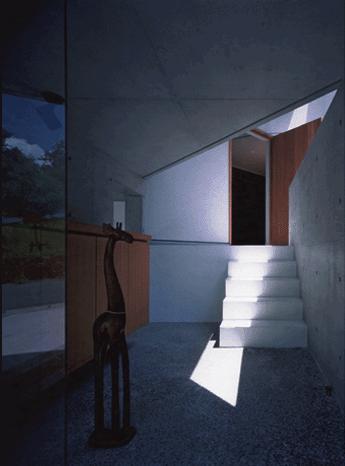 ステップテラスの家の部屋 外を通ってから中へ入る玄関