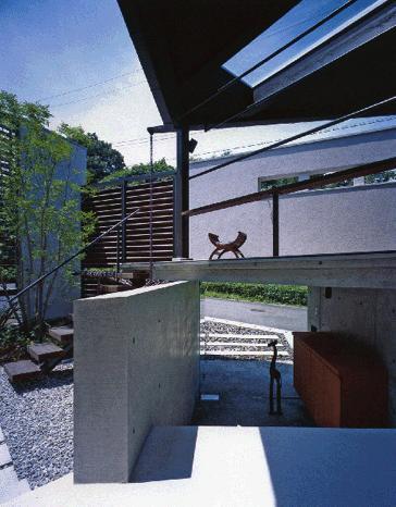 ステップテラスの家の部屋 玄関をくぐった先は庭とテラス