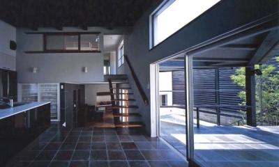 ステップテラスの家 (開放的なダイニング)