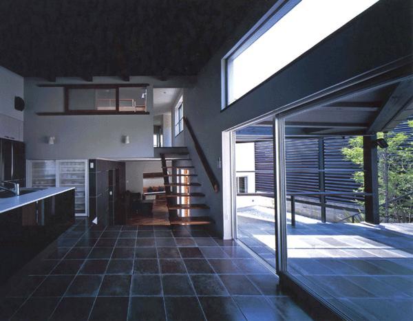 ステップテラスの家の部屋 開放的なダイニング