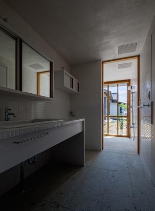 富里の家の部屋 洗面スペース(撮影:Ippei Shinzawa)