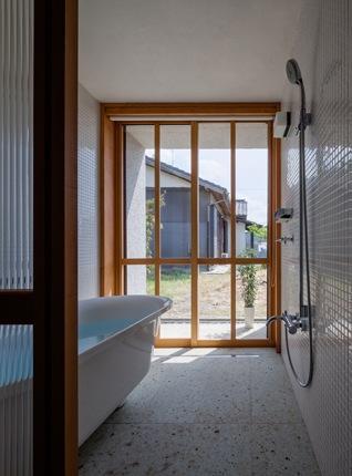 富里の家の部屋 バスルーム(撮影:Ippei Shinzawa)