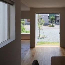 神座の家 (ダイニングより庭を見る(撮影:新建築社))