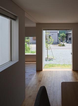 神座の家の部屋 ダイニングより庭を見る(撮影:新建築社)