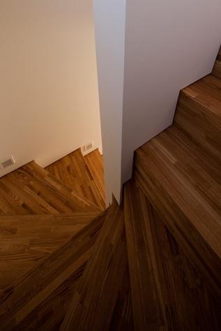 神座の家の部屋 階段(撮影:Yoshiharu Hama)