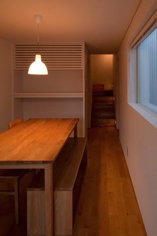 神座の家の部屋 ダイニングより階段を見る(撮影:Yoshiharu Hama)