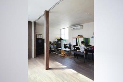 オープンにもクローズにもできる子供部屋 (鎌倉の家 旗竿敷地に建つ中庭のある家)