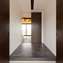 宇津谷の家 (玄関よりリビングを見る)