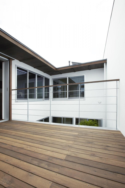 鎌倉の家 旗竿敷地に建つ中庭のある家 (リビングと段差なしで繋がるウッドデッキ)