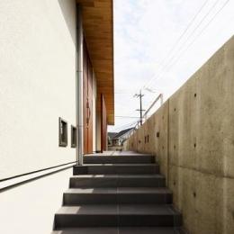 中庭を回遊する家 (玄関アプローチ)