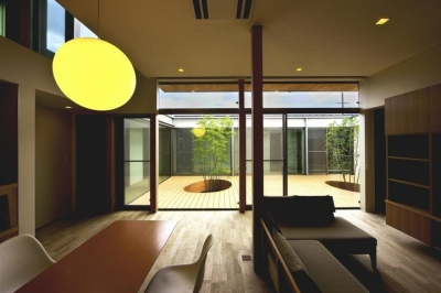 中庭を回遊する家 (LDKより中庭を見る)