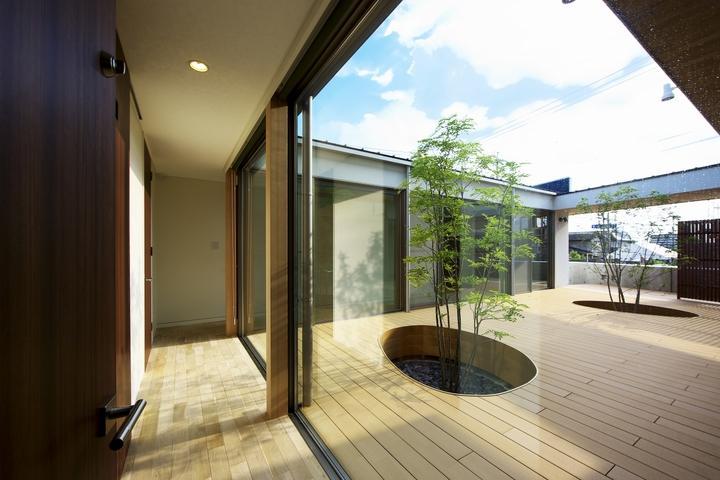 中庭を回遊する家の部屋 中庭に面した廊下