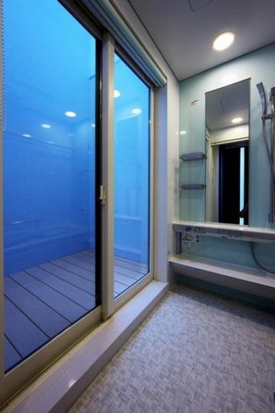 浴室 (中庭を回遊する家)