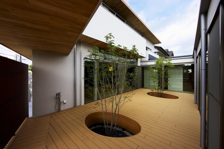 中庭を回遊する家の部屋 中庭