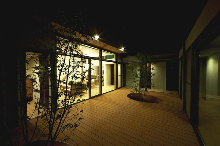 中庭を回遊する家の部屋 中庭-夜景