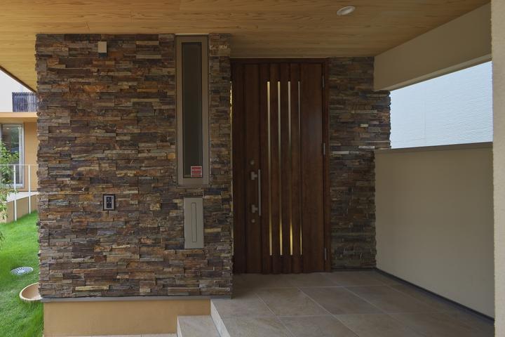 多素材の茶色い家 (玄関ドア)
