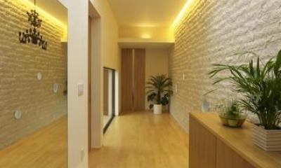 玄関より廊下を見る|多素材の茶色い家
