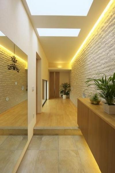 多素材の茶色い家 (玄関より廊下を見る)