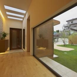 多素材の茶色い家 (廊下より玄関を見る)