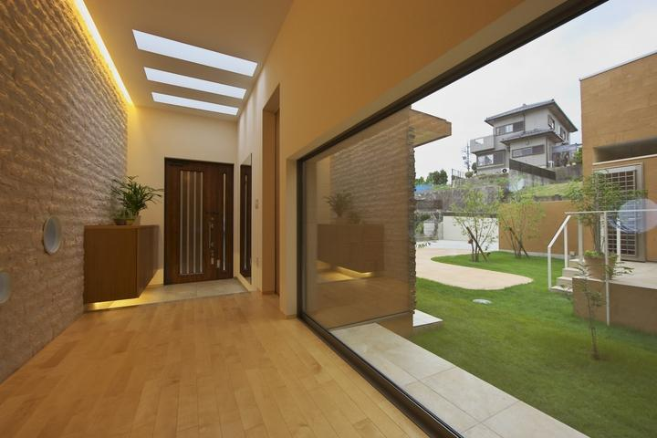 多素材の茶色い家の部屋 廊下より玄関を見る