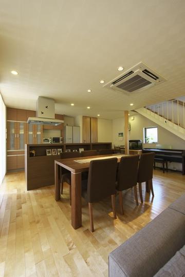 多素材の茶色い家の部屋 ダイニングキッチン