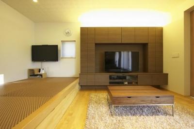 多素材の茶色い家 (リビングと畳スペース)