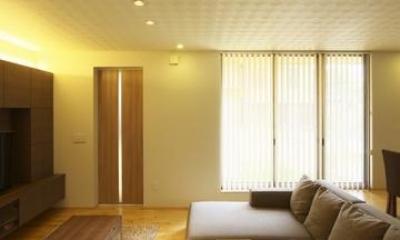 畳スペースよりリビングを見る|多素材の茶色い家