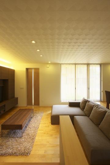多素材の茶色い家の部屋 畳スペースよりリビングを見る