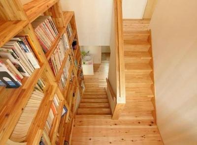 武豊の家 (壁一面本棚の階段室)
