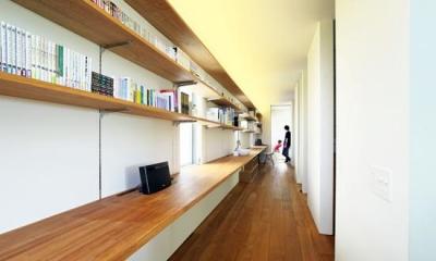 OH! house (12mのワークカウンターと本棚がある廊下(撮影:佐武 浩一))