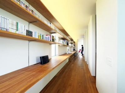 12mのワークカウンターと本棚がある廊下(撮影:佐武 浩一) (OH! house)