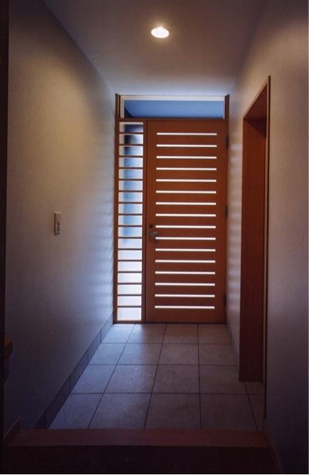 菩提寺の家 (光を取り込む玄関(撮影:絹巻豊))