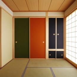 鶴居の家-カラフルな襖の和室1(撮影:後藤健治)