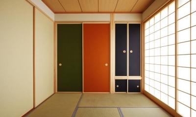 カラフルな襖の和室1(撮影:後藤健治)|鶴居の家