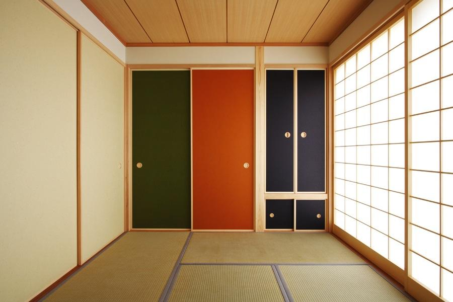 鶴居の家の部屋 カラフルな襖の和室1(撮影:後藤健治)