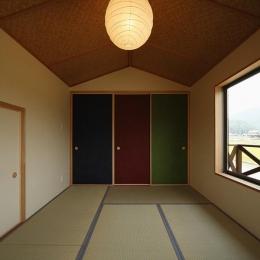 鶴居の家 (カラフルな襖の和室2(撮影:後藤健治))