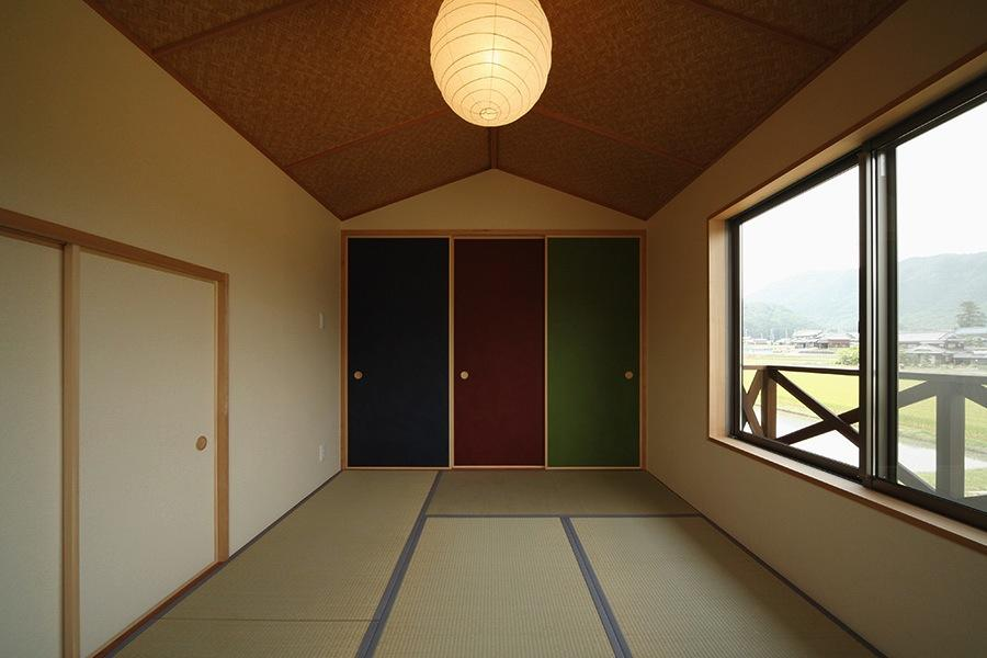 鶴居の家の部屋 カラフルな襖の和室2(撮影:後藤健治)