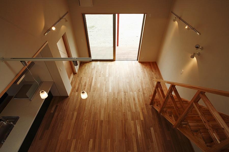 鶴居の家の部屋 2階よりリビングを見下ろす(撮影:後藤健治)