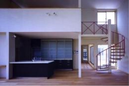 西浜の家 (キッチンと螺旋階段(撮影:絹巻豊))