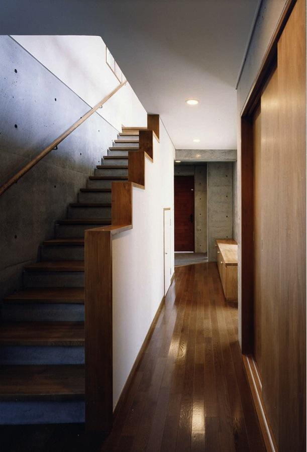 千種の家の部屋 階段ホール(撮影:絹巻豊)