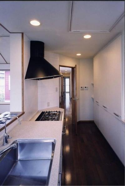 キッチン(撮影:絹巻豊) (千種の家)