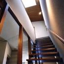 天窓から光が差し込む階段(撮影:絹巻豊)