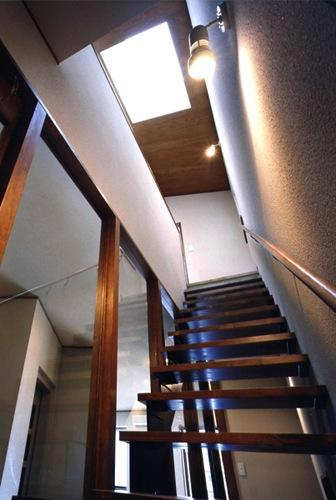 御影の家の部屋 天窓から光が差し込む階段(撮影:絹巻豊)
