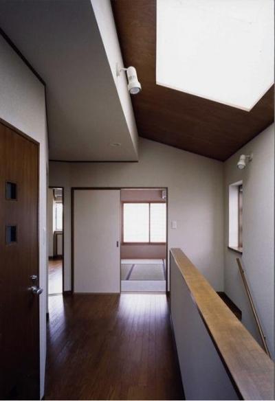 明るい階段ホール(撮影:絹巻豊) (御影の家)