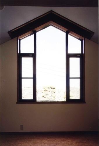 岩園の家の部屋 おしゃれな変形窓(撮影:絹巻豊)